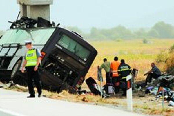 Príčina tragickej havárie slovenského autobusu včera nebola jasná. Hypotézy hovorili o mikrospánku vodiča alebo defekte.