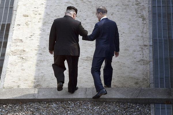 Kim Čong-un (vľavo) a Mu Če-in prekračujú 38. rovnobežku, ktorá rozdeľuje dva rozličné svety na jednom polostrove.