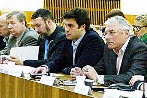 Andrej Péli (druhý sprava) dal prvý poslanecký návrh. Pri hlasovaní o návrhu z dielne kolegov bol proti.