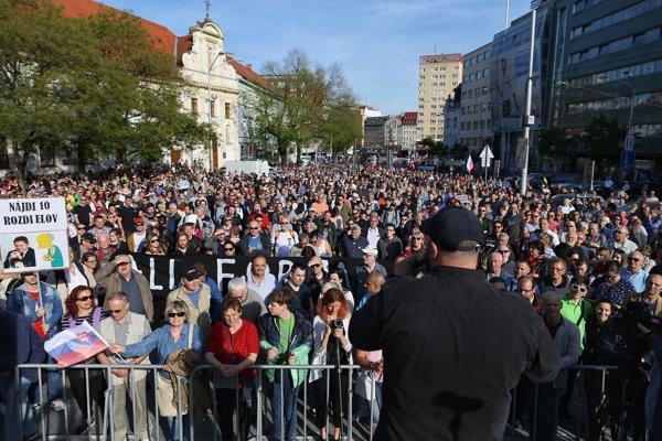 Na Námestí SNP v Bratislave sa zišli ľudia, ktorí požadujú predčasné voľby.
