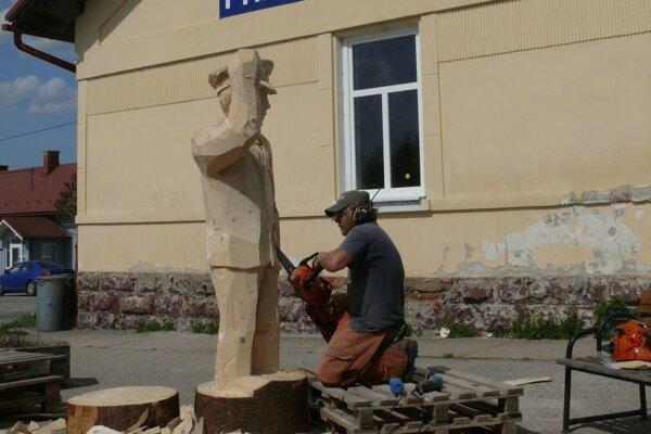 Jedna zo sôch, ktorá bude krášliť stanicu v Príbovciach