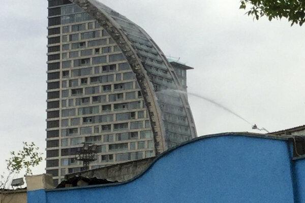 Hasiči zasahujú počas požiaru 33-poschodovej budovy, v ktorej sa mal podľa pôvodných plánov nachádzať hotel nesúci značku súčasného amerického prezidenta Donalda Trumpa.