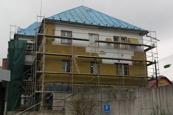 Budovu obecného úradu postavili v roku 1944. V týchto dňoch dostáva nový šat. Pracuje sa na zateplení budovy, výmene okien a dverí, zateplení strešného plášťa, súčasťou je vybudovanie bezbariérového vstupu do budovy.