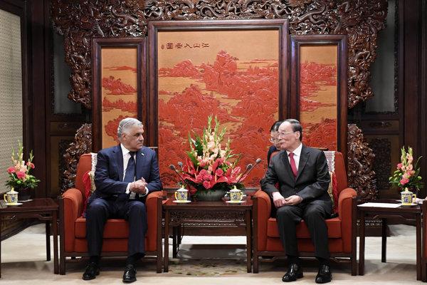 Dominikánsky minister zahraničných vecí Miguel Vargas a čínsky minister zahraničných vecí Wang I.