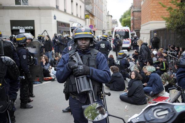 Zásahové jednotky na prvomájových protestoch v Paríži.