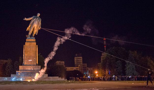 Padá najväčší ukrajinský Lenin v Charkove.