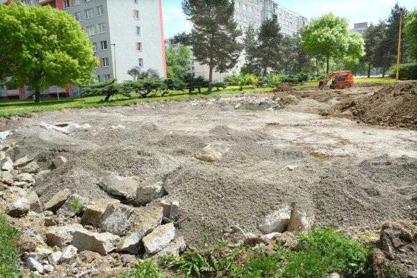 Na mieste niekdajšej fontány je stavenisko, o ďalšom osude voľnej plochy rozhodnú obyvatelia.