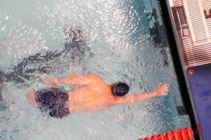 pri plaveckých disciplínach sa umiestnia špeciálne dotykové plochy na štartovacie bloky a na cieľové steny bazéna.
