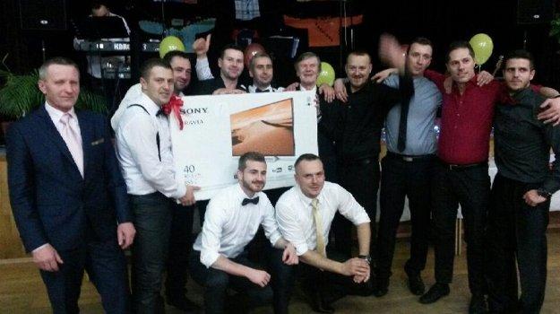 V Lehote vyhral hlavnú cenu v tombole Ján Ilavský (v strede).