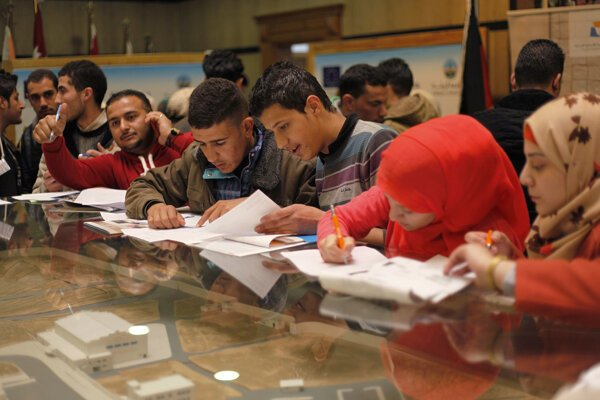 Sýrski utečenci v Jordánsku hľadajú prácu, školu aj granty.