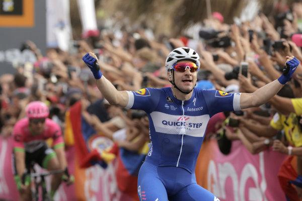 Talian Elia Viviani oslavuje triumf v druhej etape na Giro d'Italia.