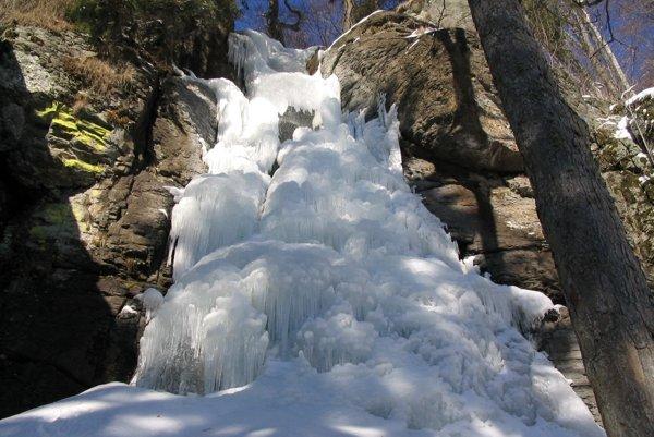 Zamrznutý vodopád Bystrô vytvára pôvabný ľadopád.