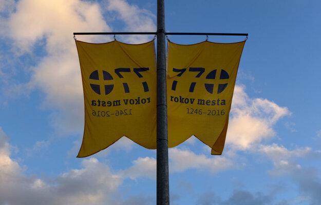 Ulice Žiaru zdobia žlté vlajky pripomínajúce výročie.