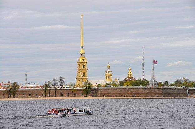 Petropavlovská pevnosť z rieky Neva