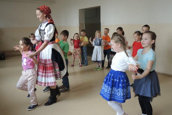 Pedagogička Veronika Miščíková učí okrem spevu aj tanec.