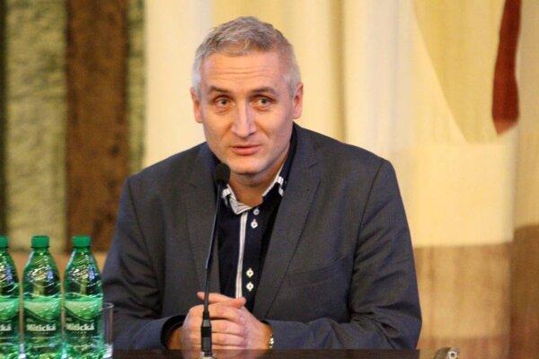 Klubový funkcionár Robert Šuník prehral v boji o post predsedu ZsFZ s bývalým ligovým rozhodcom Pavlom Šípošom.