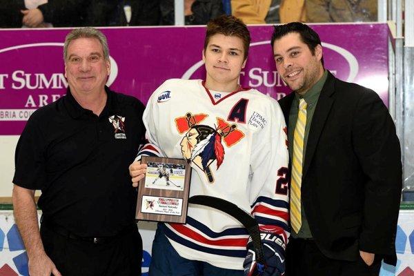 Samuel Solenský si vzávere sezóny prevzal cenu za najužitočnejšieho hráča Johnstownu Tomahawks.