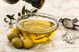 Mimoriadne dôležitou zložkou diéty je panenský olivový olej a olivy.