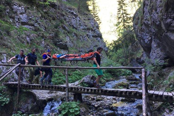 Pre náročný terén v úzkej doline záchranári museli použiť nosidlá.