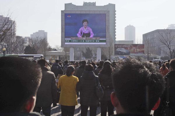 Propaganda ako základ severokórejského režimu. Správy sledujú aj ľudia na ulici Pchjongjangu.