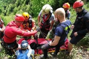 Mužovi pomáhali všetky záchranné zložky, zraneniam však neskôr podľahol.