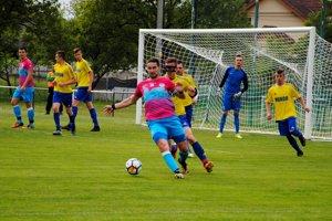 Futbalisti Strečna (v ružovo-modrom) si na domácej pôde pripísali cennú výhru.