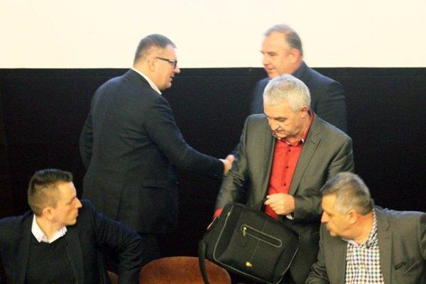 Pavlovi Šípošovi (vzadu vpravo) v piatok ku zvoleniu do funkcie blahoželal aj Ján Kováčik, prezident SFZ.