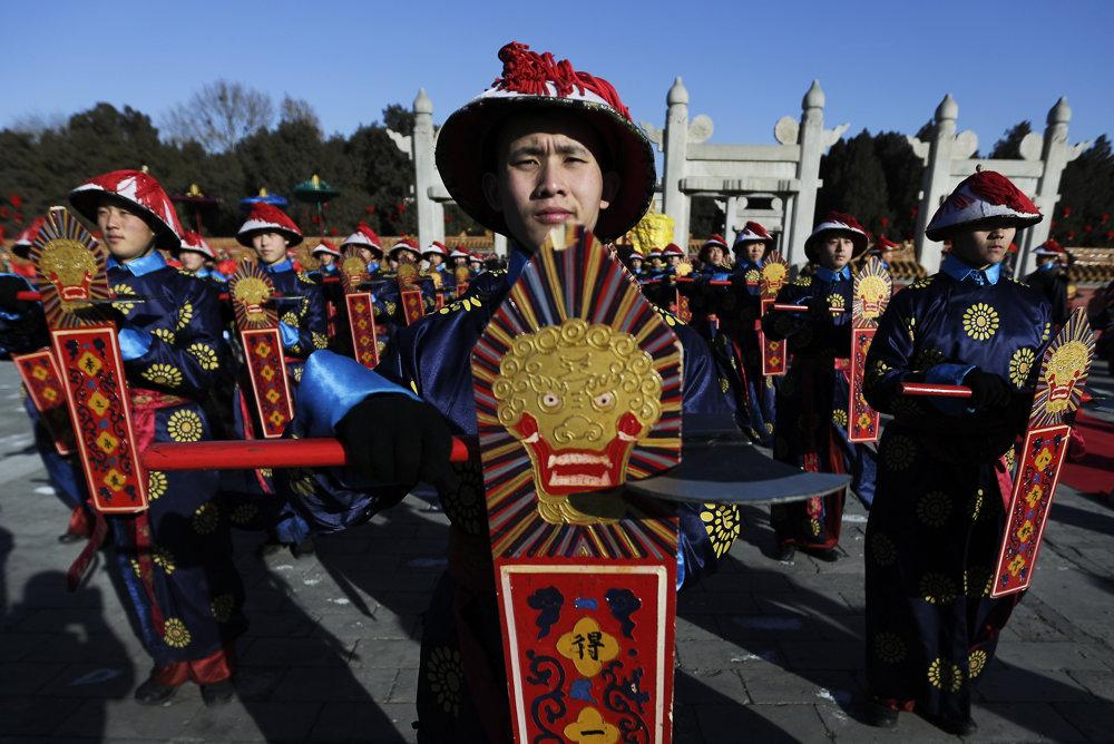Tanečníci oblečení v odevov sluhov sa zúčastňujú starovekej ceremónie dynastie Čching, počas ktorej sa cisár modlil za dobrú úrodu. TASR/AP