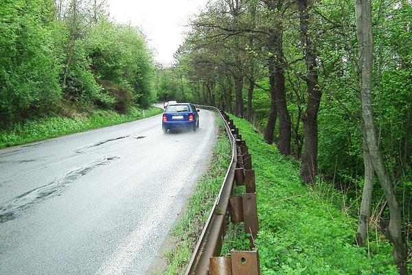 Pre zosúvajúci sa breh je čoraz viac poškodená aj cesta.