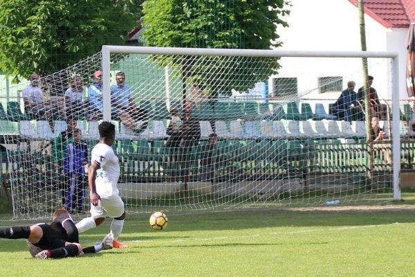 Tapiwa Tawanda Muchaya strieľa po obrovskej chybe brankára druhý gól svojho celku.