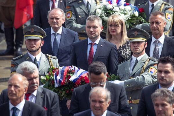 Predseda vlády SR Peter Pellegrini (uprostred hore) počas pietneho aktu kladenia vencov pri príležitosti 73. výročia víťazstva nad fašizmom na Slavíne.