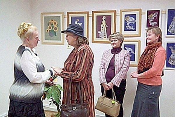 Na vernisáži autorke (vľavo) k pekným prácam i jubileu blahoželali aj priateľky.