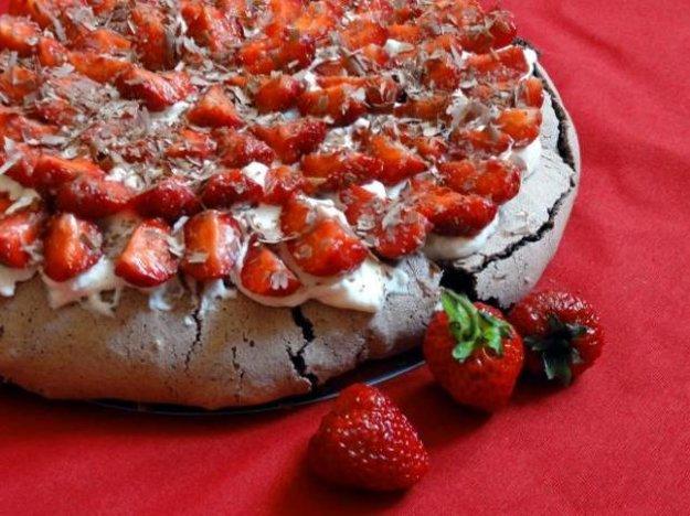Čokoládová Pavlova torta s jahodami