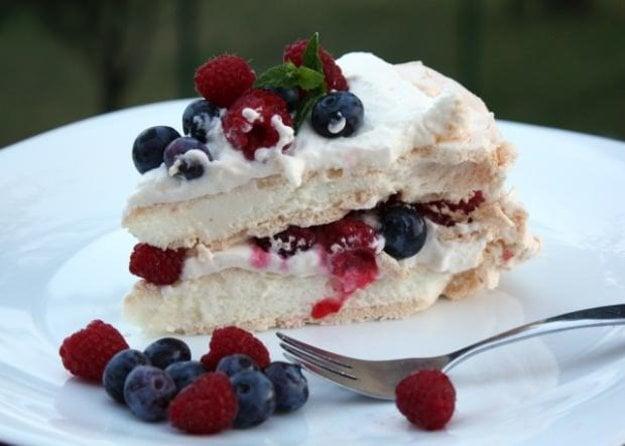 Plnená Pavlova torta