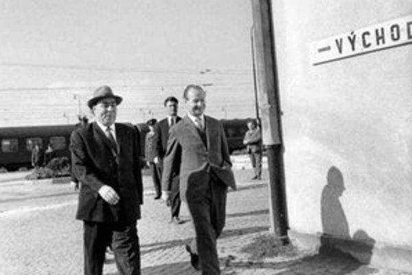 Dubček v júli 1968 v Čiernej nad Tisou neochránil ČSSR pred Brežnevom (vľavo).