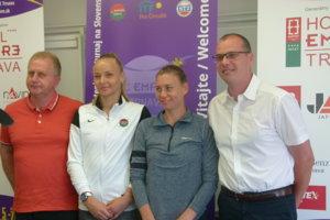 Zľava: Vladimír Habas (športový riaditeľ STZ), Rebecca Šramková, Vera Zvonareva a Tomáš Boleman (zástupca riaditeľa turnaja), počas tlačovej konferencie pred začiatkom turnaja.