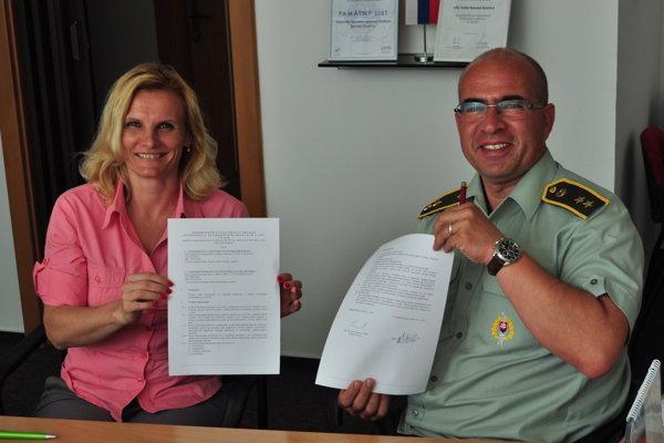 Žaneta Csáderová a ROman Benčík pri podpise Memoranda.