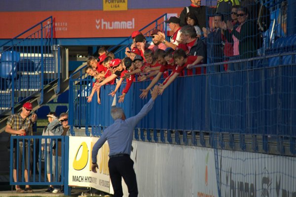 Tréner Senice Ton Caanen ďakuje fanúšikom po víťaznom zápase proti Zlatým Moravciam.
