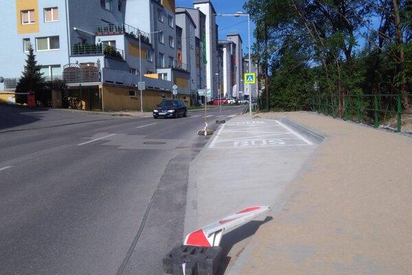Nová zastávka na Kvačalovej ulici sa ani po piatich mesiacoch od dokončenia nepoužíva.