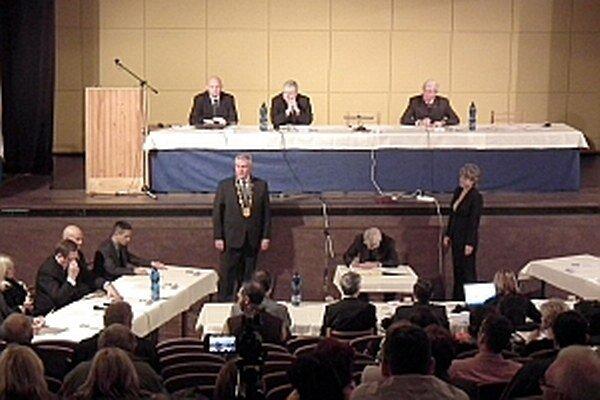 Maximálne zvýšenie platu primátora, ktoré navrhol Robert Rafaj, poslanci ho väčšinou schválili.