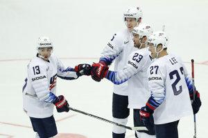 Hokejisti USA oslavujú gól do siete Nórska.