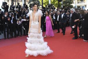 Modelka Kendall Jenner pózuje v odvážnych transparentných šatách počas premiéry filmu Girls of The Sun.