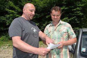 Aktivisti Vladimír Ferko (vľavo) a Ladislav Andrejco stratu záujmu ťažiarov o prieskumné územie Pakostov vítajú.