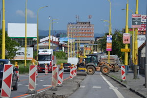 Práce pri oprave zrekonštruovanej cesty na Košickej ulici.