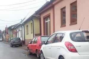 Tri autá zaparkované na nesprávnej strane, tri papuče.