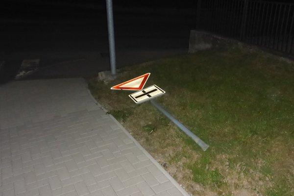 Značku vytrhol zo zeme.