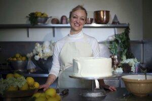 Claire Ptaková, majiteľka pekárne Violet Bakery, počas výroby jednej torty na svadbu britského princa Harryho a Meghan Markleovej, v kuchyni Buchinghamského paláca v Londýne.