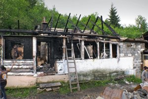 Jeden muž zahynul, zhoreli tri obydlia.