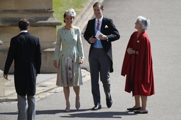Pippa Middleton a jej manžel James Matthews prichádzajú na svadobnú ceremóniu.
