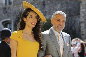 Herec George Clooney (vpravo) so svojou manželkou Amal.